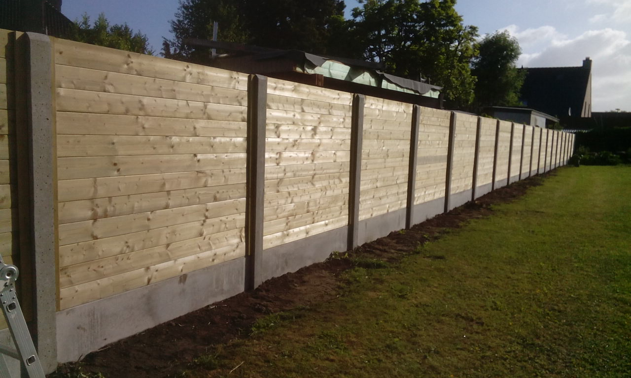 Houten Planken ( Tand En Groef ) Geplaatst Tussen Betonpaal + Betonplaat 2