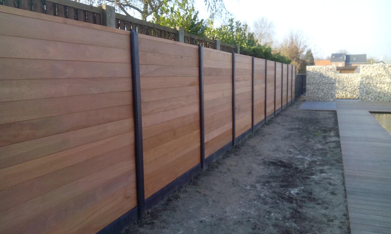 Planken Tand En Groef (Hardhout) Geplaatst Tussen Betonpaal + Betonplaat 1