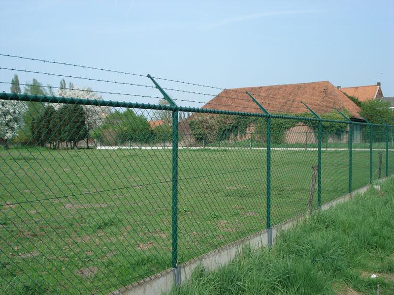 Draadafsluiting Met Bovenbuis, Betonplaat En Prikkeldraad 1